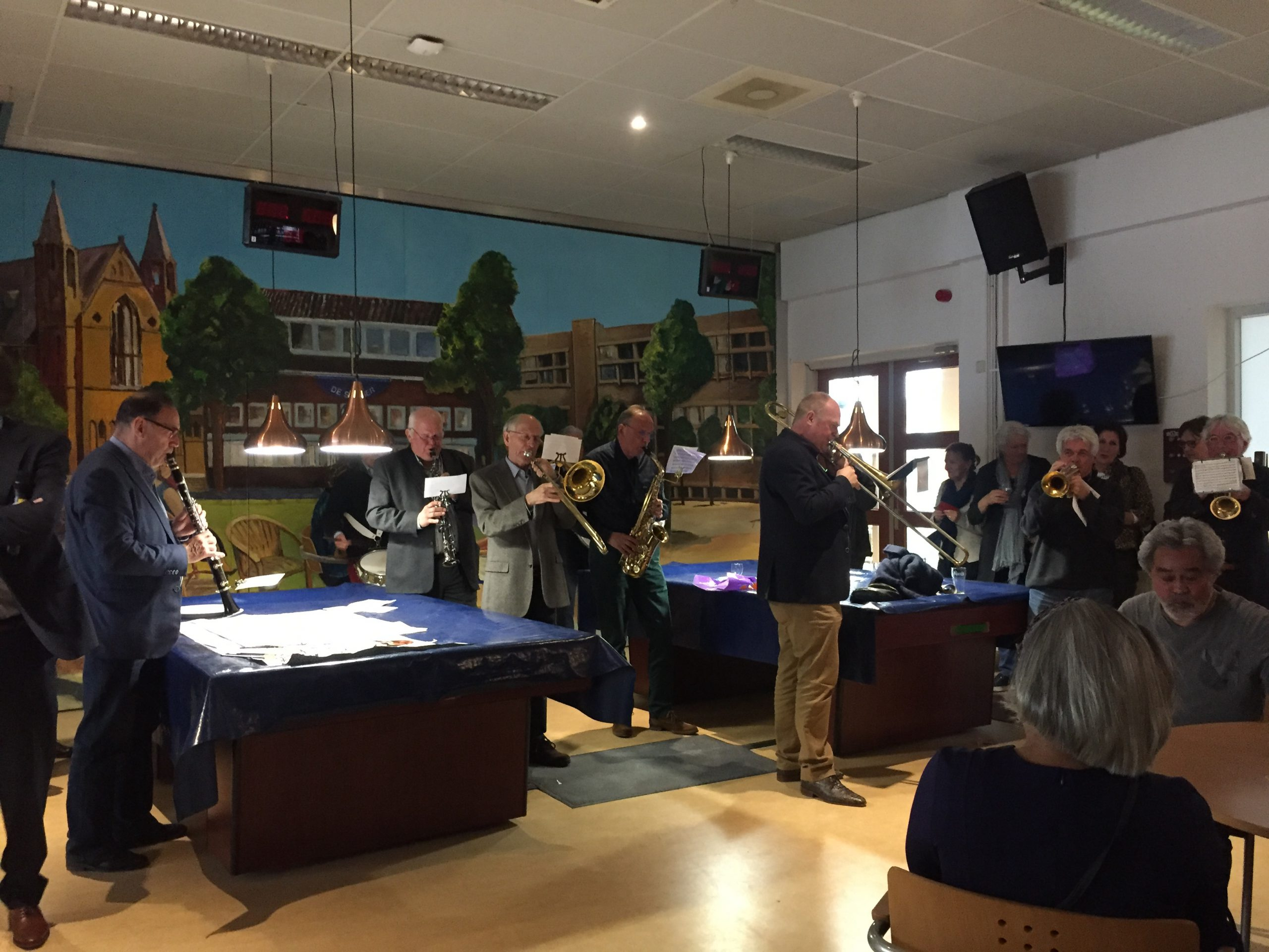 Muziek in de ontmowtingsruimte van Wijkgebouw De Slinger