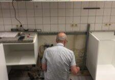 de beheerder werkt aan de keuken